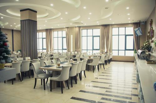 A restaurant or other place to eat at Royal Huy Hotel Tam Dao