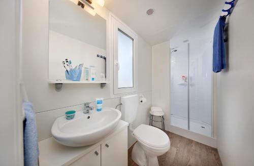 A bathroom at Albatross Mobile Homes on Camping Cisano & San Vito S. p. A.