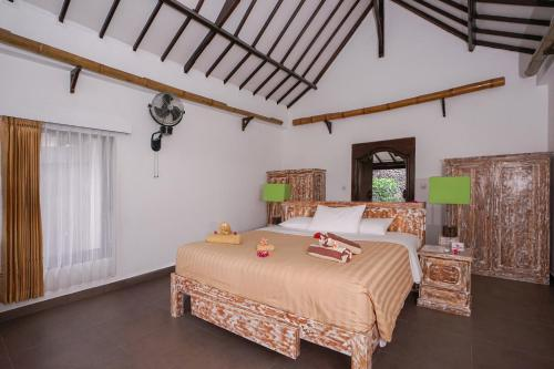 A bed or beds in a room at Rinjani Lodge