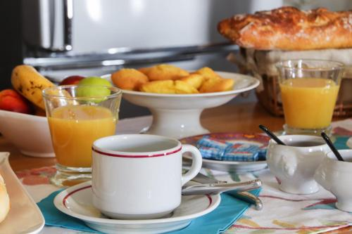 Breakfast options available to guests at Maison d'Hôtes L'OUSTAL D'ADELE
