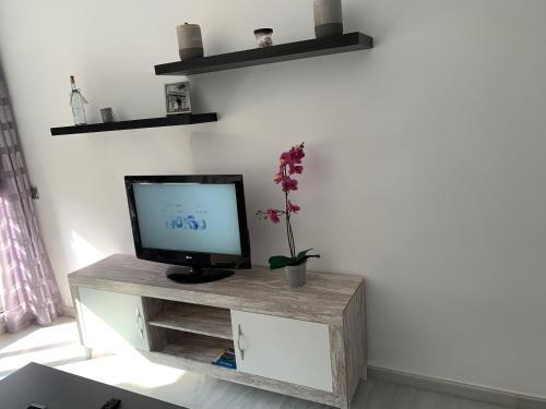 Una televisión o centro de entretenimiento en Residencial Elegance