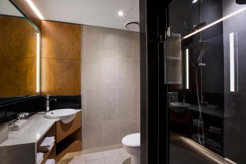 A bathroom at Mercure Sydney Liverpool