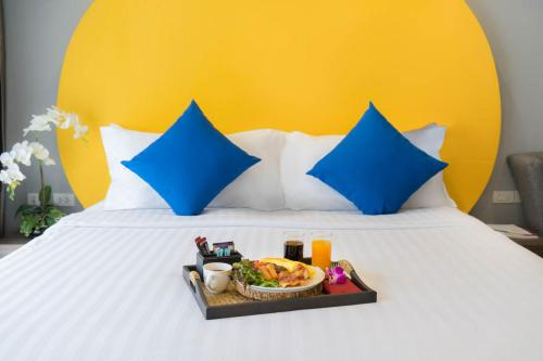 A bed or beds in a room at FuramaXclusive Sukhumvit