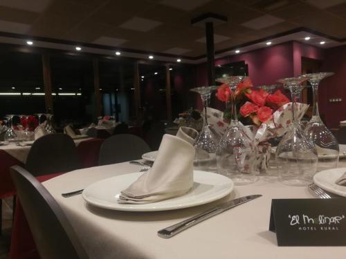 Un restaurante o sitio para comer en Hotel Rural El Molinar