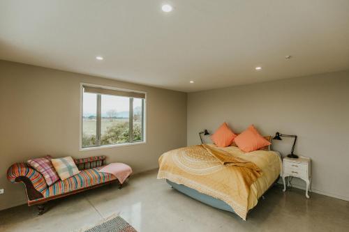 Säng eller sängar i ett rum på Appleby House & Rabbit Island Huts