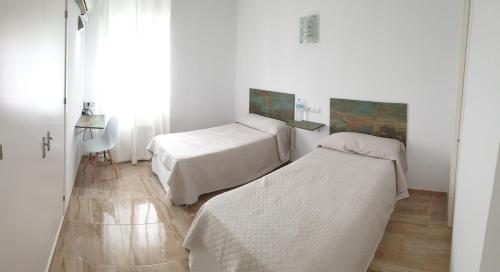 A bed or beds in a room at Hotel La Lancha