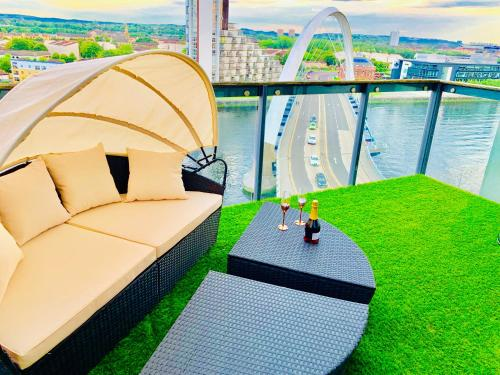 Glasgow City Centre - The PENTHOUSE with RiverViews - (Duplex, 3 Bedrooms, 3 Bathrooms, 2 Living rooms/Kitchen, Private SKY Terrace, 2 Parkings, Top F