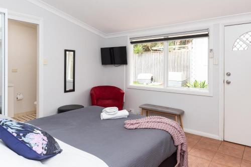 A bed or beds in a room at Manly's Hidden Gem