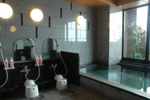 ホテルルートイン弘前駅前にあるバスルーム