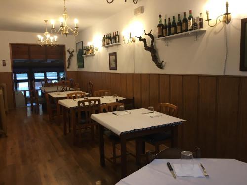 Un restaurante o sitio para comer en Hotel Gastronómico Arnicio