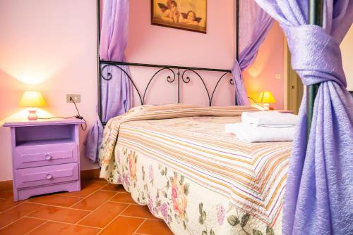 A bed or beds in a room at Borgo Di Collelungo
