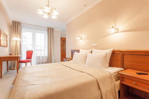 Een bed of bedden in een kamer bij Hotel Oktyabrskaya