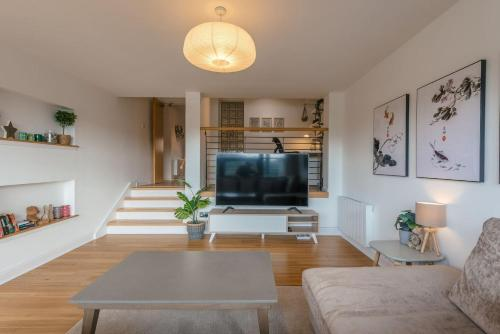 Riverview Apartment, Secure Parking and Balcony