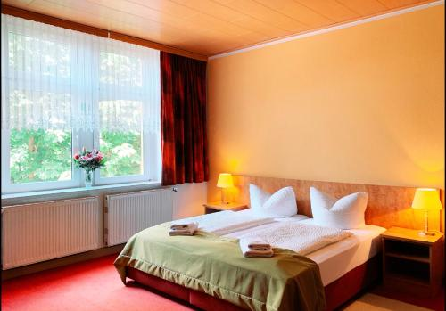 A bed or beds in a room at Gasthaus Goldener Löwe