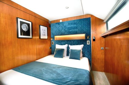 A bed or beds in a room at VIP Paris Yacht Hôtel