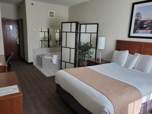 Cama ou camas em um quarto em Days Inn by Wyndham Ottawa Airport
