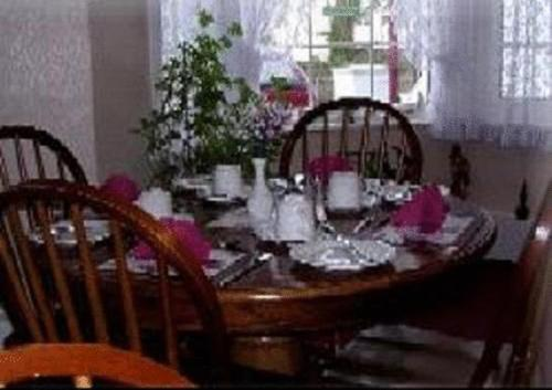 A restaurant or other place to eat at Dover's Restover Bed & Breakfast