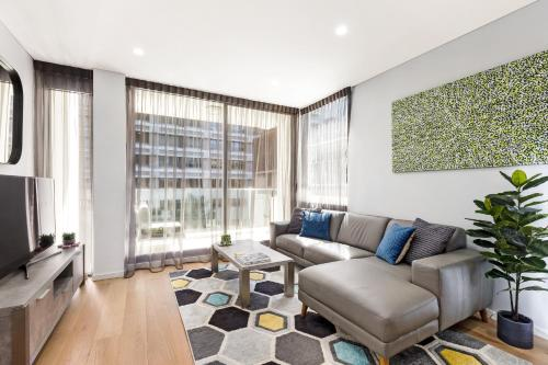 A seating area at Sydney 1 Bed Modern Self Contained Apartment (402ALB)