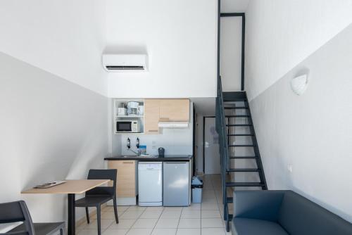 Cuisine ou kitchenette dans l'établissement Zenitude Hôtel-Résidences La Tour de Mare