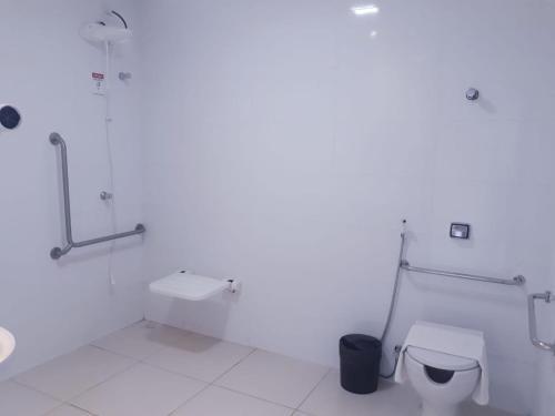 A bathroom at Roma Hotel