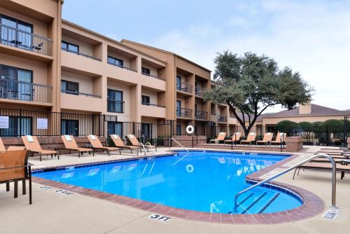 The swimming pool at or near Courtyard by Marriott Dallas Northwest