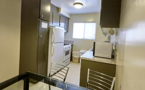 A kitchen or kitchenette at Hollywood Orchid Suites