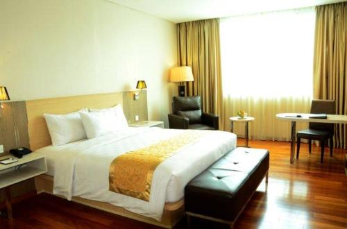 A bed or beds in a room at Nagoya Hill Hotel Batam