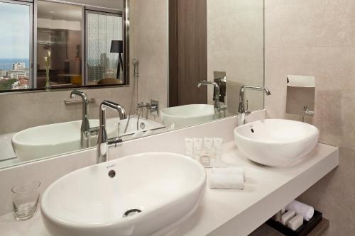 A bathroom at Melia Barcelona Sky 4* Sup