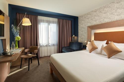 Novotel Paris Les Halles tesisinde bir odada yatak veya yataklar