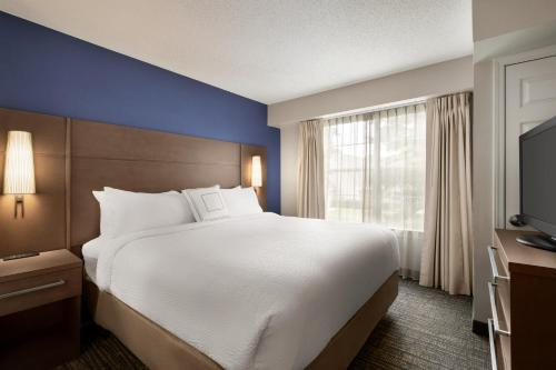 A bed or beds in a room at Residence Inn Atlanta Gwinnett Place