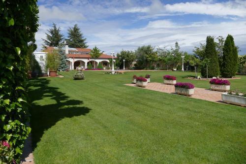 A garden outside Villamercedes 1