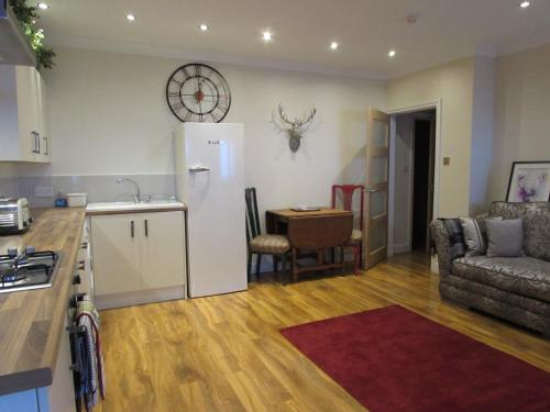 Classy, luxury one bedroom ground floor apartment steps from town station & theatre