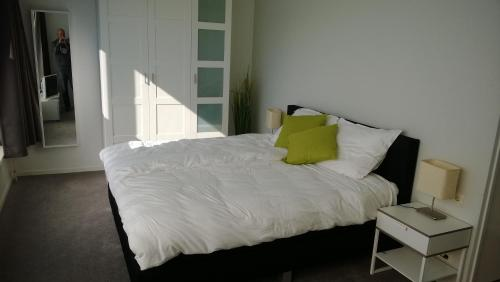 Een bed of bedden in een kamer bij Verdrag van Meerssen