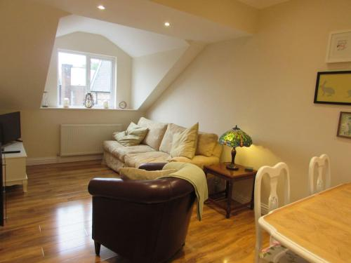 Apartment 5 - two bedroom luxury apartment close to town, mainline rail & theatre stylish and comfortable