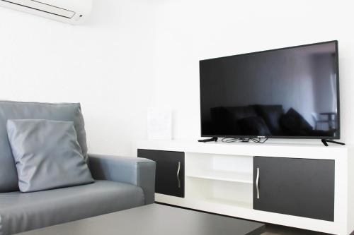 Una televisión o centro de entretenimiento en Apartamentos Tamarindos Peñiscola