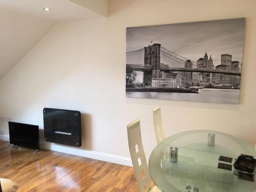Apartment 4 - striking, 2 bedroom luxury apartment - close to town, mainline rail & theatre