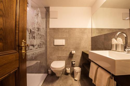 A bathroom at Hotel Daniela