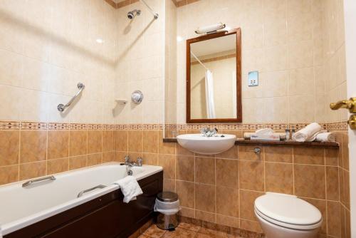 A bathroom at Inishowen Gateway Hotel