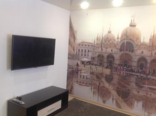 Телевизор и/или развлекательный центр в Apartment On Roz 41