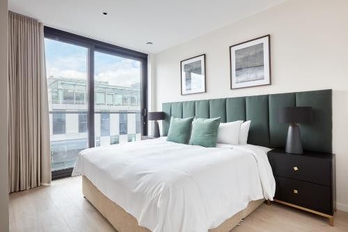 A bed or beds in a room at Sonder — Britain Quay
