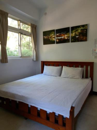 A bed or beds in a room at Shan Hu Lian Homestay