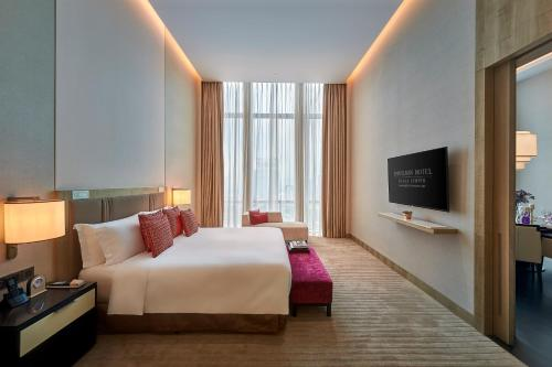 A bed or beds in a room at Pavilion Hotel Kuala Lumpur Managed by Banyan Tree