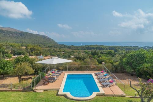 Ein Blick auf den Pool von der Unterkunft Villa Mar i Cel oder aus der Nähe