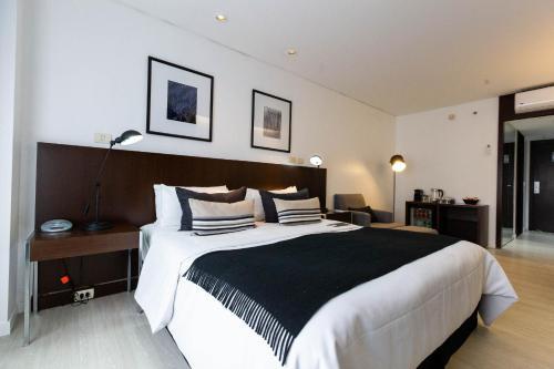 Cama ou camas em um quarto em 474 Buenos Aires Hotel