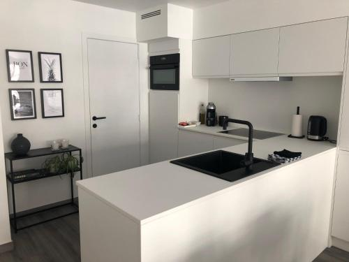 A kitchen or kitchenette at New Port apartment
