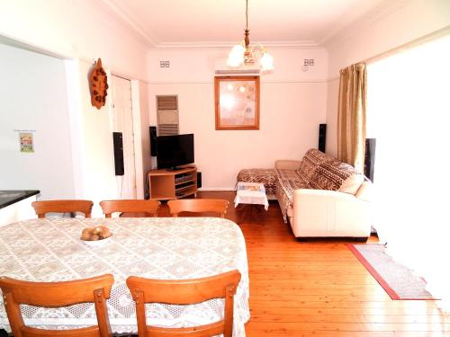 A seating area at 4 Bedroom House Close to Macquarie University