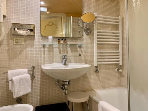A bathroom at Hotel Becher