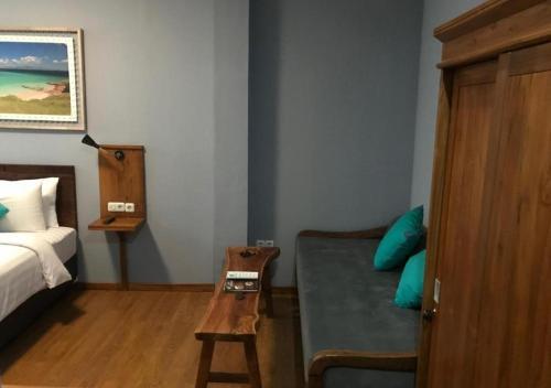 A seating area at Wae Molas Hotel