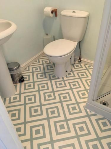 A bathroom at Weyside House