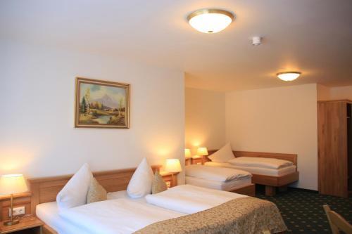 Ein Bett oder Betten in einem Zimmer der Unterkunft Hotel Schwabenwirt
